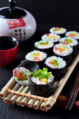 Obraz Wegetariańska domowych sushi z awokado, pomidorów, papryki i sałaty.