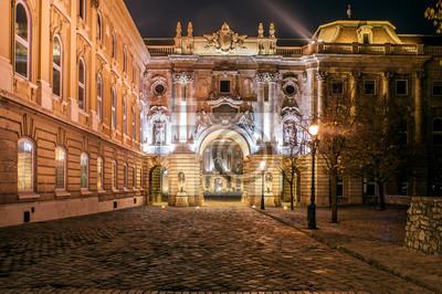 Wejście na Placu Zamkowym w Budapeszcie w nocy. Zamek Królewski jest domem dla Węgierska Galeria Narodowa, Muzeum Historii Budapesztu i Biblioteki Narodowej