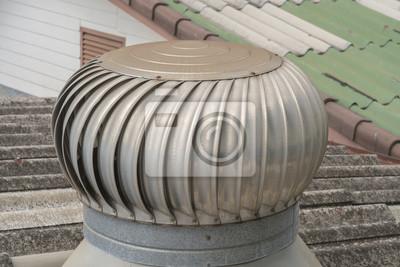 Wentylator powietrza / Rusty wentylator powietrza na dachu fabryki.