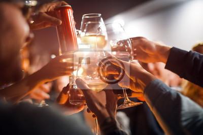 Obraz Wesoła przyjaciół clinking okulary nad stołem. Alkohol i opieczenie, impreza i uroczystość. Gratulacje dla wydarzenia.