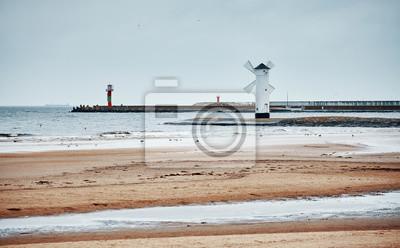 Wiatraczek latarnia morska w Swinoujscie na chmurnym dniu, barwi stonowanego obrazek, Polska.