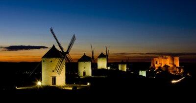 Obraz wiatraki z zamku w nocy, Consuegra, Kastylia- La Mancha, Hiszpania