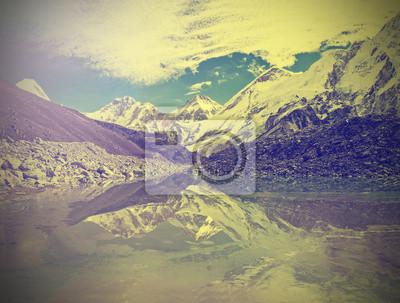 Widok na góry z rocznika Everest Region z jeziora, Nepalu.