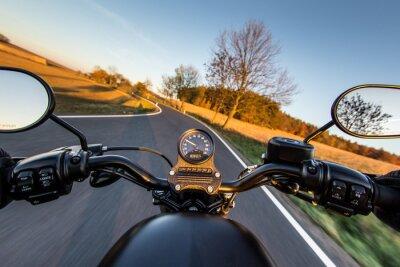 Obraz Widok na kierownicy rozpędzonego motocykla