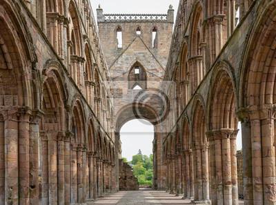 Widok na łuki wewnątrz ruin opactwa Jedburgh w szkockich granicach