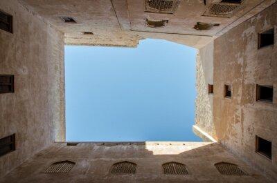 Widok na niebo wewnątrz dziedzińca orientalnego fortu w Omanie
