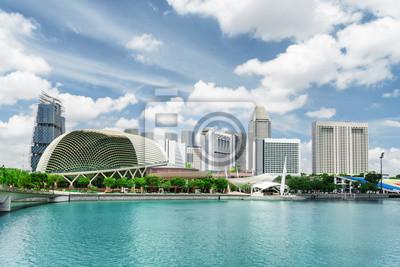 Widok na nowoczesne budynki i zatokę Marina Bay. Singapur skyline