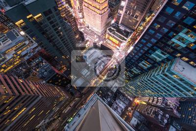 Obraz Widok ptaka ptaka na Manhattanie, patrząc na ludzi i żółte taksówki, idąc ulicą 5th Avenue.