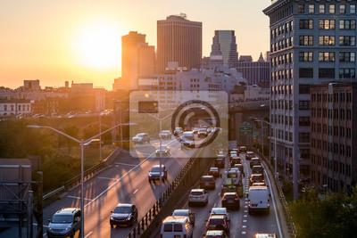 Widok ruchu godziny szczytu na Brooklyn Queens Expressway w Nowym Jorku z zachodem słońca światła w tle