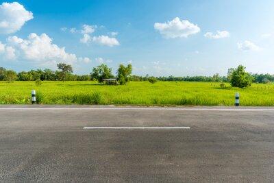 Obraz Widok z boku z drogi asfaltowej na białym tle. To wycinek ścieżki.