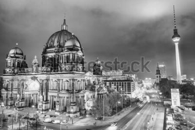 Obraz Widok z lotu ptaka Berlińska katedra i wieża telewizyjna przy nocą.