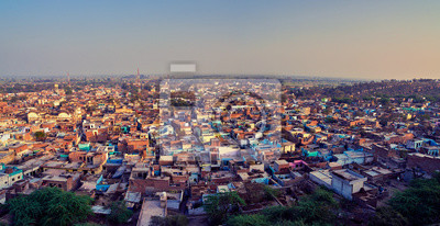 Obraz Widok z lotu ptaka biednego indyjskiego miasteczka Varsana, Barsana. Panorama wysokiej rozdzielczości do druku wielkoformatowego. Mathura, Uttar Pradesh, Indie.