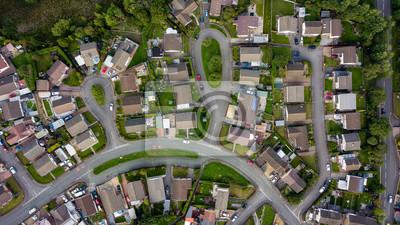 Obraz Widok z lotu ptaka na miejskie domy i ulice w dzielnicy mieszkalnej walijskiego miasta
