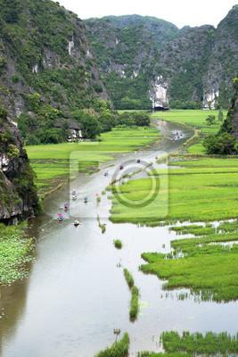 Widok z lotu ptaka na wycieczkę statkiem po polach ryżowych pośród wapieni w Tam Coc, Ninh Binh, Wietnam