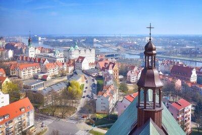 Widok z lotu ptaka śródmieścia Szczecina z widokiem na rzekę Odrę, Polska.