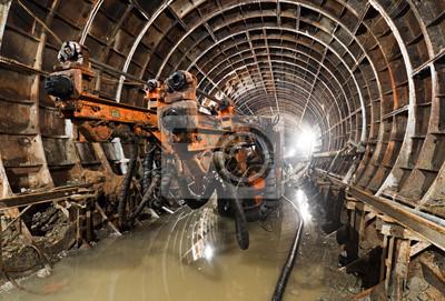 Wiertnica w tunelu. Tunel metra w budowie