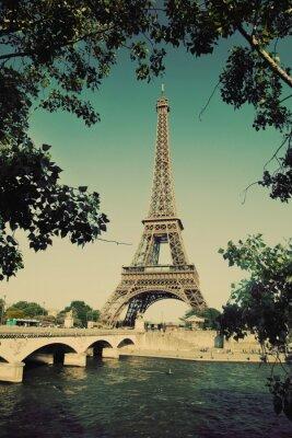 Wieża Eiffla i most na Sekwanie w Paryżu, Francja. Rocznik wina