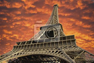 Wieża Eiffla o zachodzie słońca w Paryżu, Francja