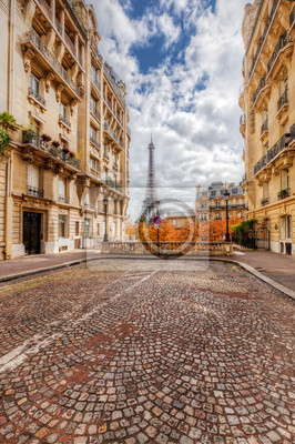 Wieża Eiffla widać z ulicy w Paryżu, we Francji. bruk bruk