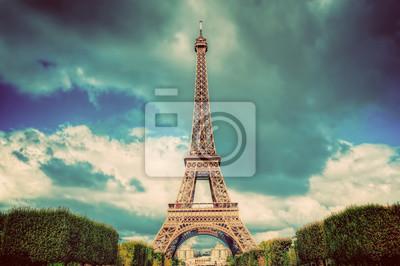 Wieża Eiffla widziana z parku Champ de Mars w Paryżu, we Francji. Zabytkowe