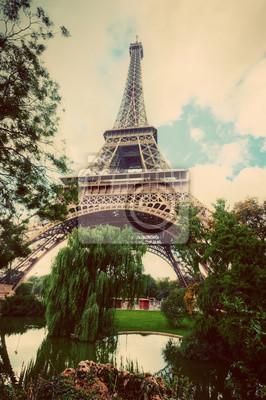 Wieża Eiffla z Pól Marsowych w Paryżu, we Francji. Zabytkowe