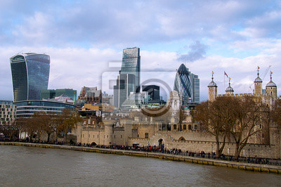 Wieżowce w centrum Londynu nad Tamiza.