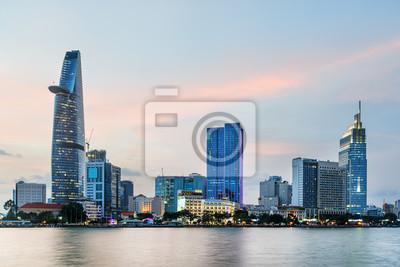 Wieżowiec i inne nowoczesne budynki w Ho Chi Minh City