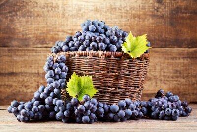 Obraz winogron w drewnianym koszyku