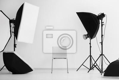 Obraz Wnętrze nowoczesne studio fotograficzne z krzesłem i profesjonalnym wyposażeniem