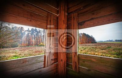 Wnętrze wieży polowania w sezonie jesień.