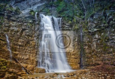 Wodospad w górskich karpacki, Ukraina
