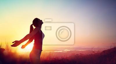 Obraz Wolność I Zdrowa Koncepcja - Piękna Młoda Dziewczyna Przed Zachodem Słońca
