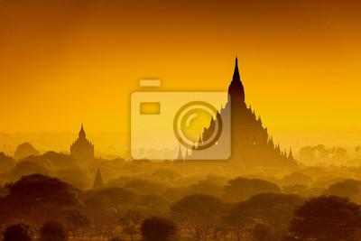 Wschód słońca nad starożytnym Bagan, Myanmar