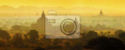Wschód słońca nad świątyń Bagan w Birmie