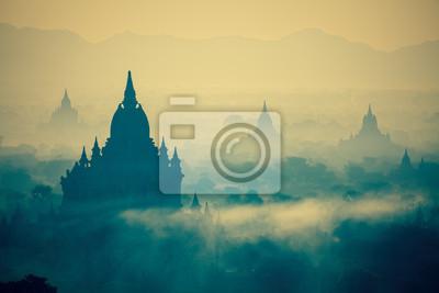 Wschód słońca nad świątyń Bagan w Birmie o współpracy cross-przetworzonych