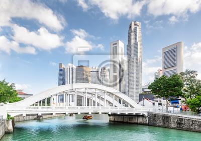 Wspaniały widok na malowniczy biały most nad rzeką Singapur