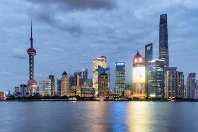 Wspaniały widok wieczorem na panoramę Pudong (Lujiazui) w Szanghaju