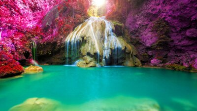 Obraz wspaniały wodospad z kolorowe drzewa w Tajlandii