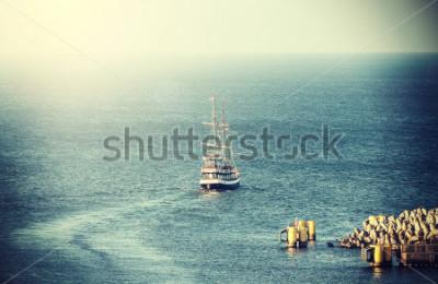 Obraz Wybierz obrazek stary żeglowanie statek opuszcza port.
