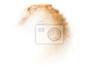 Obraz Wybuch piaska złota na białym tle. Streszczenie chmura piasku. Złocisty piasek bryzga agianst na jasnym tle. Piaszczysta fala muchy w powietrzu.