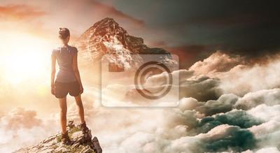 Obraz Wycieczkowicz na szczycie z wysoką górą w tle