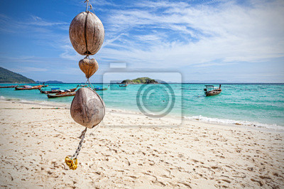Wyjątkowa dekoracja kokosowe na tropikalnej plaży, tło natura.