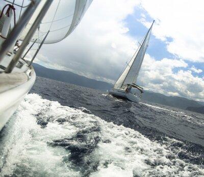 Obraz Wyścig jachtów w sztormowej pogody. Regaty żeglarskie.