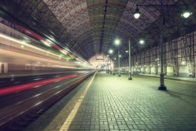 Obraz Wysoka prędkość pociągu odjeżdża z dworca.