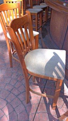 Wysokie drewniane stołki barowe i bar na ulicy