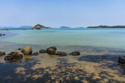 Wyspy z czystą wodą morską i niebieskim niebem. Tam są kamienie przy plażą .Island w zatoce Tajlandia.