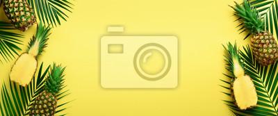 Obraz Wzór z jaskrawymi ananasami na żółtym tle. Widok z góry. Skopiuj miejsce. Minimalny styl. Projekt pop-art, koncepcja kreatywnych lato. Transparent