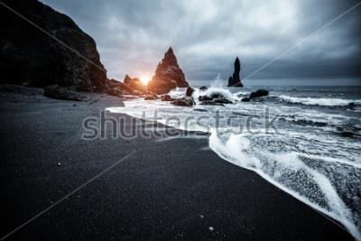 """Obraz Majestatyczne miejsce burzliwego Oceanu Atlantyckiego. Skały bazaltowe """"Troll toes"""". Lokalizacja Reynisfjara Beach, Islandia (Sudurland), Europa. Sceniczny wizerunek popularny europejski pod"""