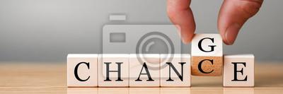 """Obraz Ręcznie przerzuć drewnianą kostkę ze słowem """"zmiana"""" na """"przypadek"""", rozwój osobisty i rozwój kariery lub zmień się"""