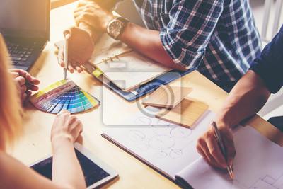 Obraz Spotkanie ludzi biznesu. Wybierz kolor i materiały do projektowania wnętrz nowego domu